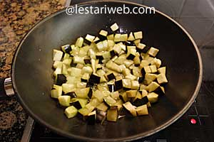 fry the eggplant / aubergine