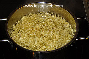 Boile the egg noodle