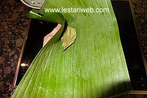 preparing banana leaves