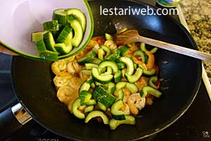 sliced cucumber and tomato