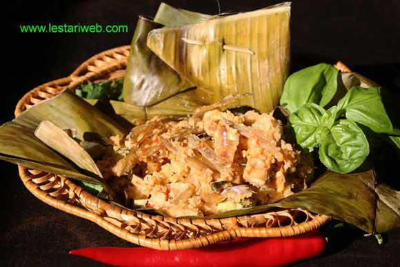 Spiced Tempeh in Banana Leaf