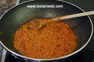 Stir fry the paste