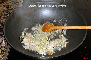 stir-fry the garlic