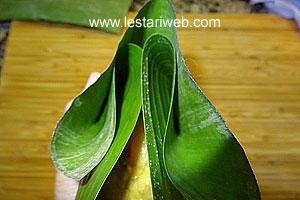 folding banana leaves